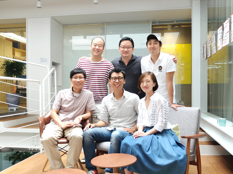 브레이브팝스컴퍼니 팀원 단체 사진, 앞줄 가운데 이충희 대표
