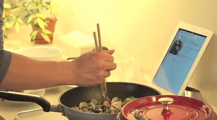 요리하면서 스마트폰이나 타블렛에서 레시피를 찾아볼 수 있기 때문에 쿡패드는 최근 더욱 빠르게 성장하고 있다.(출처:쿡패드 홍보비디오)