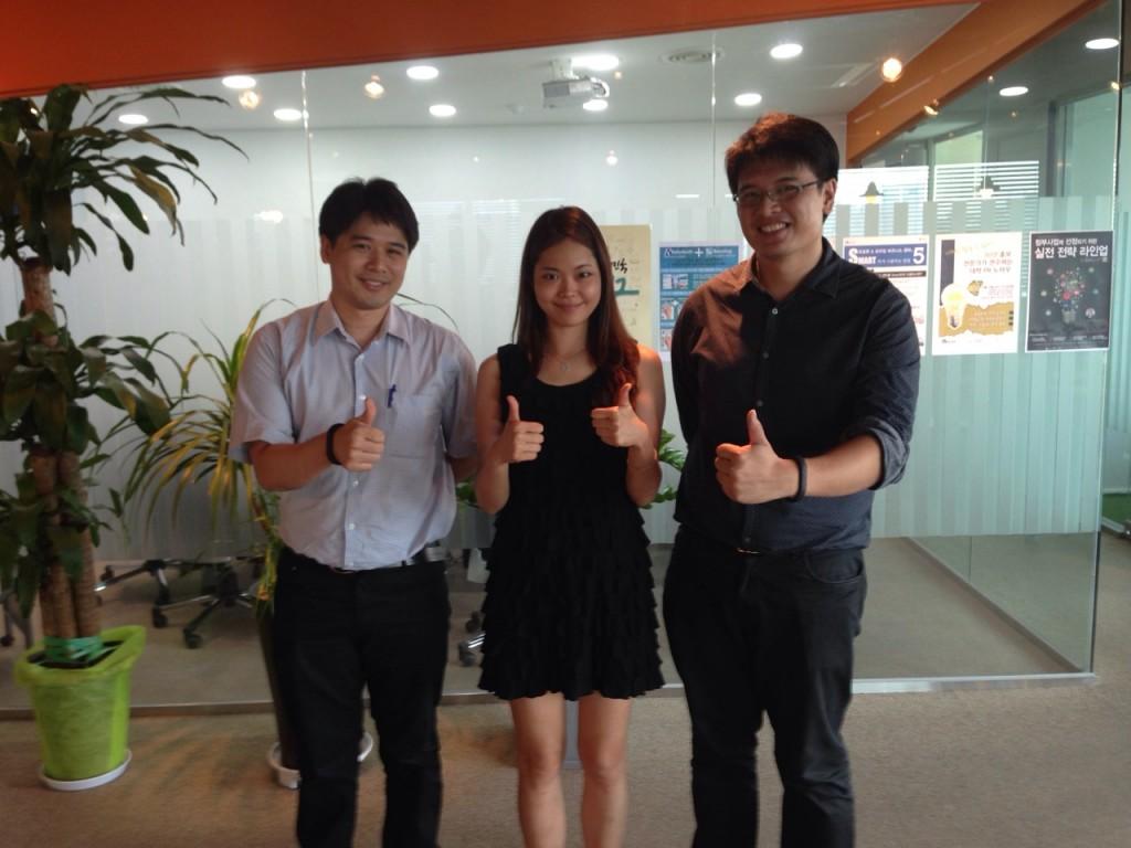 계약체결 후 태국 브랜디드 스타 社 임원들과 기념촬영한 라이트앤슬림 황세진대표