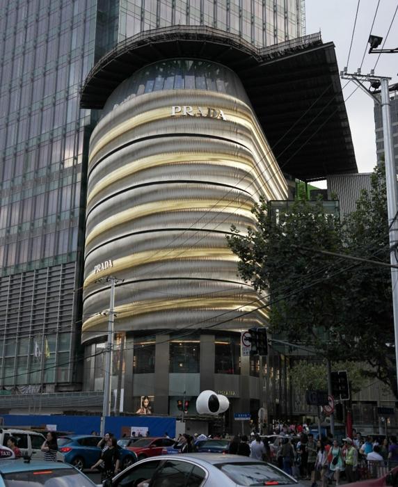 샨시난루(陕西南路)역에 위치한 iapm쇼핑몰, 거대한 프라다의 외관이 지나가는 행인들을 압도시킨다
