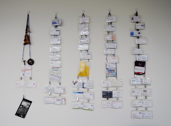 사무실 한 쪽 벽에는 아이디어샘이 그동안 만났던 사람들의 명함이 걸려있는 게 인상적이었다.