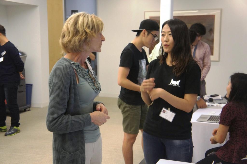 미국 실리콘밸리에서 개최된 스타트업 노매드 데모데이에서 채팅캣에 대해 열심히 설명하고 있는 에이프릴 김