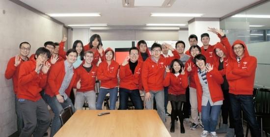 ▲이창수 5Rocks 대표가 5Rocks 한국 사무실 직원들, 통합 제품 개발을 위해 합류한 Tapjoy 본사의 엔지니어들, 그리고 이번 G-STAR 2014 지원을 위해 한국 사무실을 찾은 미국 Tapjoy 본사, Tapjoy China, Tapjoy Japan 직원들과 함께 포즈를 취했다(사진=5Rocks)