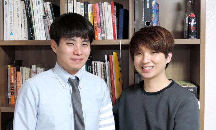 우리바이미(Wooribyme)의 멤버들. 왼쪽부터 김대현 디렉터(29), 김재협 대표(27). 인터뷰 자리에는 함께하지 못한 이은진 패션디렉터(24)를 포함, 총 3명의 멤버로 팀이 구성되었다.