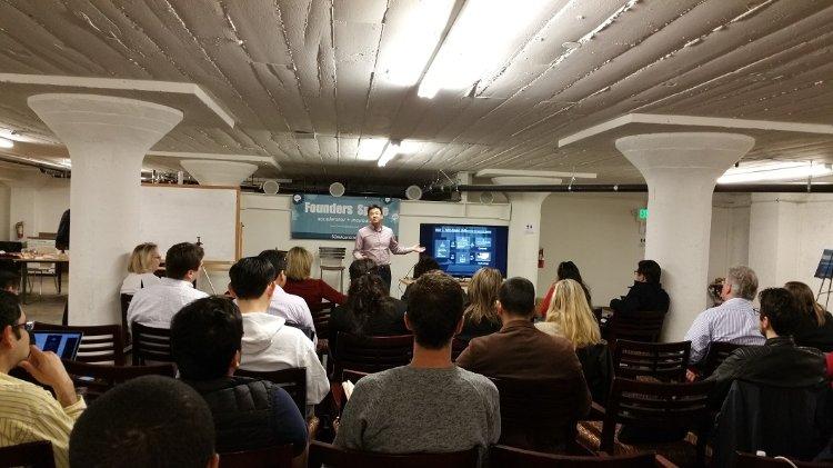 Founders Space에서 엔젤 투자가에서 피치하는 Clear Speech의 강진호대표