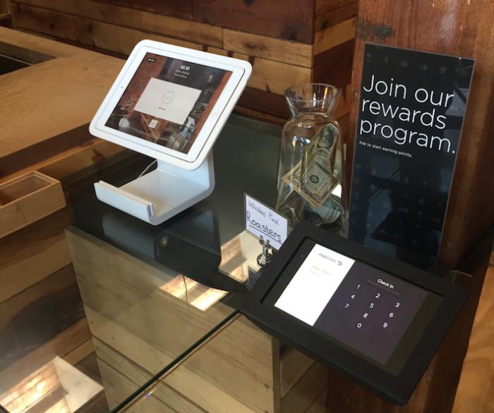 스퀘어의 아이패드 카드결제기와 Fivestars라는 스타트업의 리워드시스템을 사용하는 샌프란시스코의 커피숍.