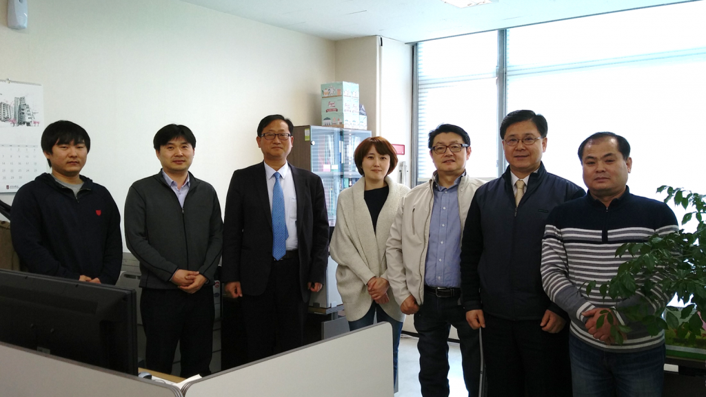 좌측 세번째가 김재진 대표