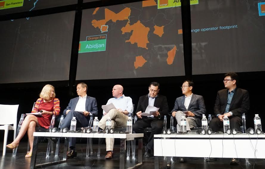 이 프랑스에서 개최된 The Orange Fabs' International Demo Day에 참석해 오렌지텔레콤, 싱가폴 싱텔 등 주요 사업자들과 함께 스타트 업 에코시스템 관련 내용 토의를 하고 있는 모습