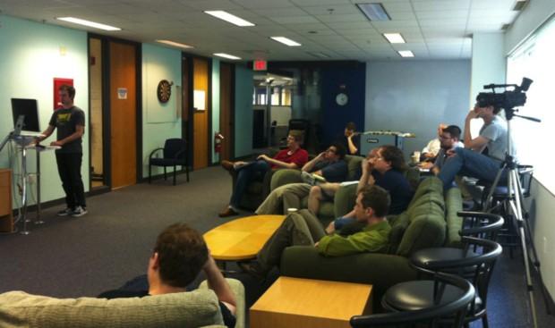 라이코스의 한 팀이 프로덕트 개발과정에서 토론하는 모습.