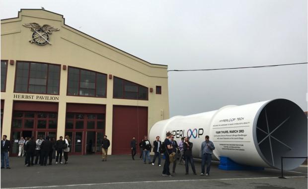사진설명 : 이번 출장에서 들른 샌프란시스코의 스타트업 컨퍼런스에서는 일론 머스크가 제안한 혁신적인 교통수단인 하이퍼루프 터널이 전시됐다.