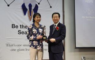 왼쪽부터 홍유정 디스이즈엔지니어링(T.I.E) 대표, 성낙인 서울대 총장