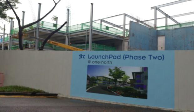 이 기존 빌딩들옆에 더 넓은 부지에 제2 단계 빌딩이 건설되고 있다.