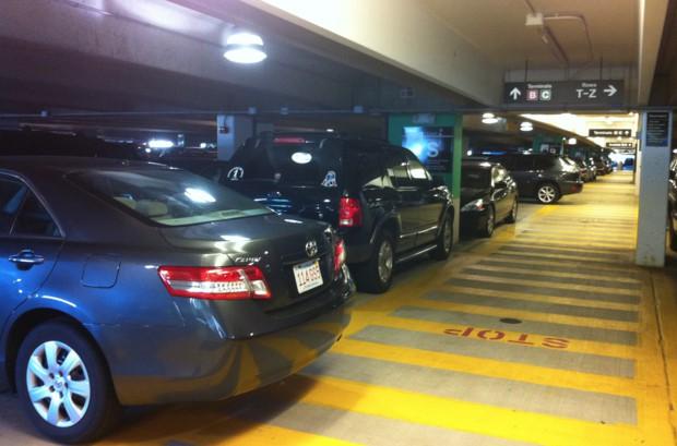 보스턴 로건 공항은 주차장이 협소한 편이어서 주차하느라 비행기시간에 늦을뻔한 일도 있었다.
