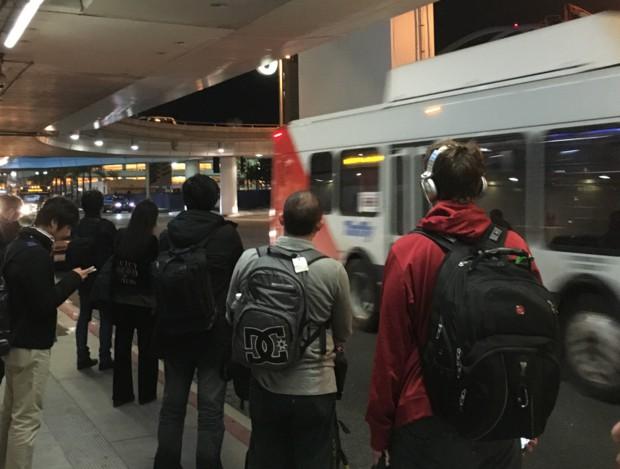 LA공항에서 렌트카회사 셔틀버스 기다리기