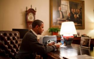 백악관 트리티룸에서 국민들에게 온 편지를 읽는 오바마. 사진=피트 수지