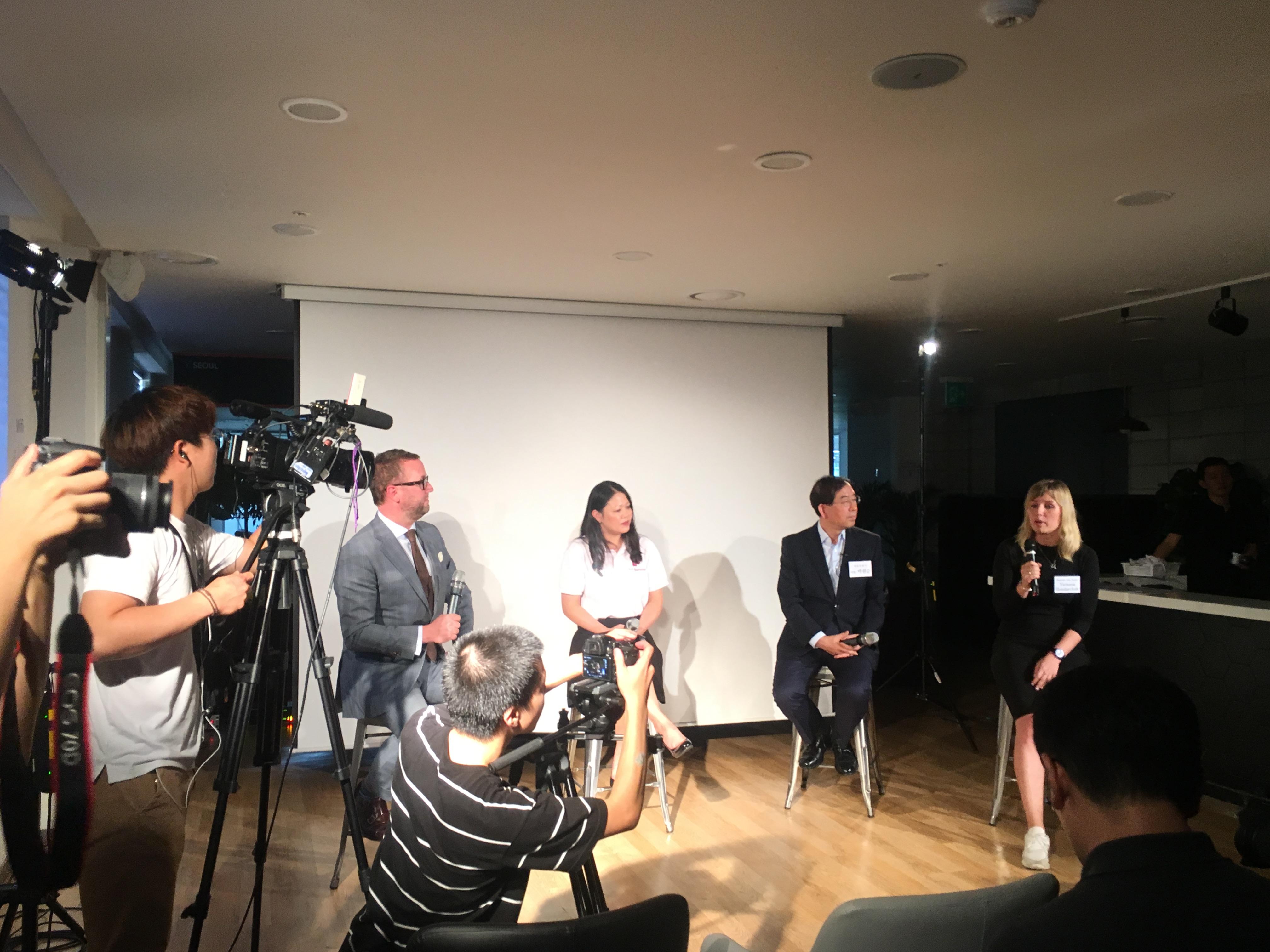 영어로 진행된 서울 글로벌 창업센터 개소식 하이라이트인 '스타트업 토크쇼'