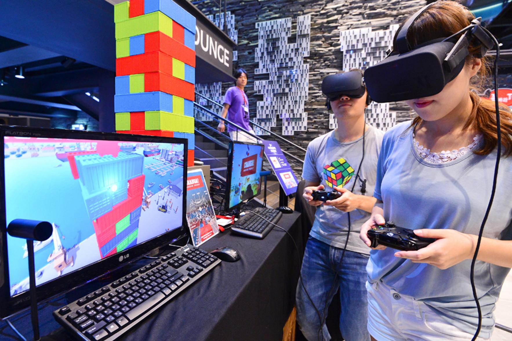 가상현실(VR)을 이용한 게임을 즐기고 있다. 출처=뉴스1