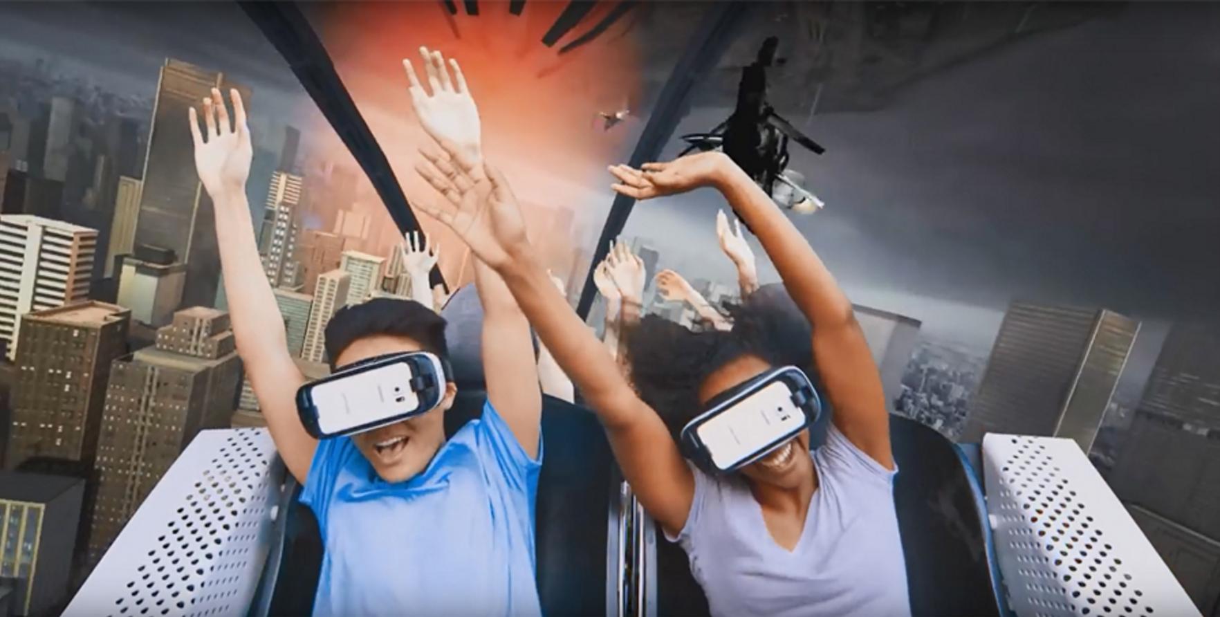 VR 기기를 착용하여 즐기는 롤러코스터. 출처=식스플래그 홈페이지