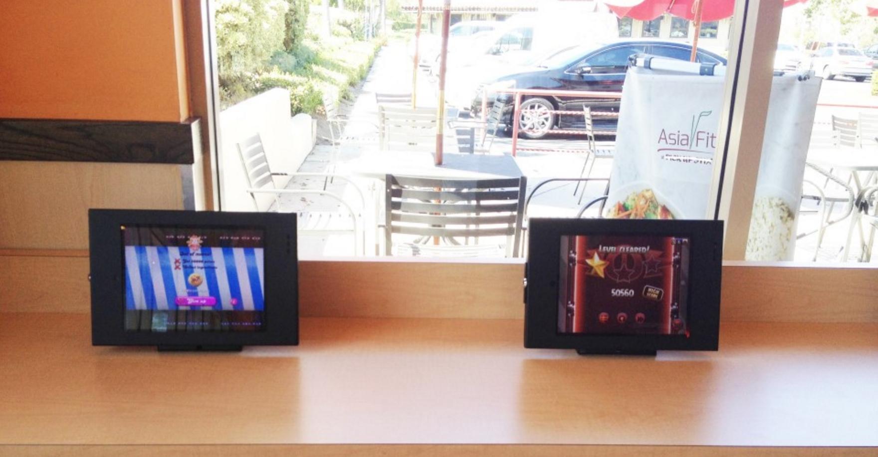 미국 캐주얼 레스토랑에서 어린이를 위해 마련해둔 미니 스탠드형 태블릿