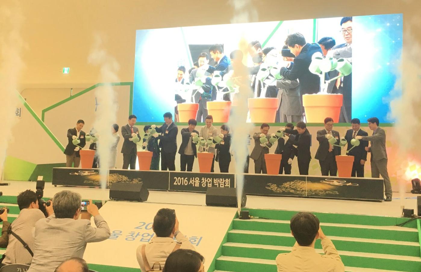 '꽃을 피우다'는 주제로 11일 개막식이 진행된 2016 서울창업박람회 참석한 15여 명의 서울시 임원들