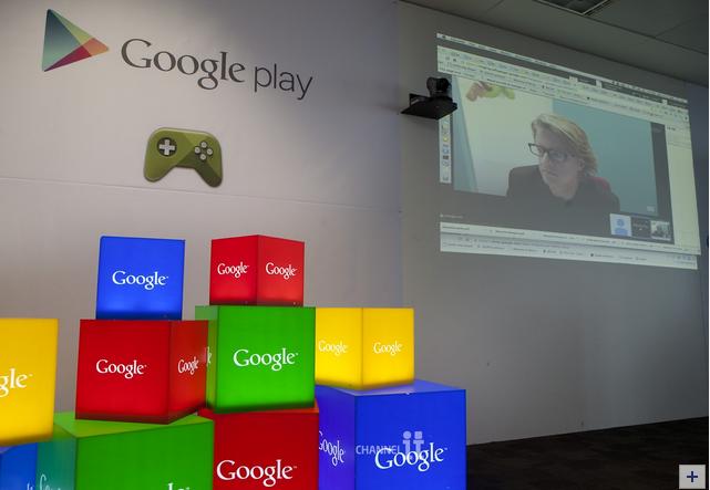 ▲ 크리스 예가 구글 엔지니어링 디렉터가 3월 31일 서울 역삼동 구글코리아 사무실에서 열린 '구글 플레이와 게임' 기자간담회에 화상연결로 참여해 안드로이드와 구글 플레이의 최신 성과 및 차별점을 소개하고 있다.