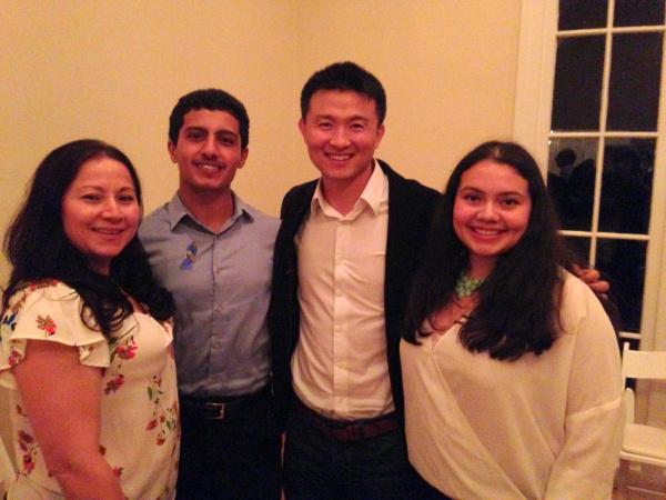 SEO 장학생으로 선정된 두 학생들과 함께. 맨 왼쪽은 학생의 어머니이다.
