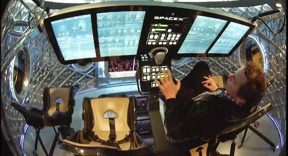우주선 내부. 비행기 조작하듯 간별하게 할 수 있게 했다