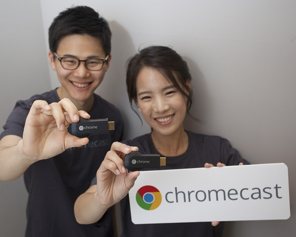 구글 크롬캐스트가 출시되기 하루 전인13일, 사전브리핑에서 모델들이 제품을 들고 포즈를 취하고 있다. 구글코리아 제공