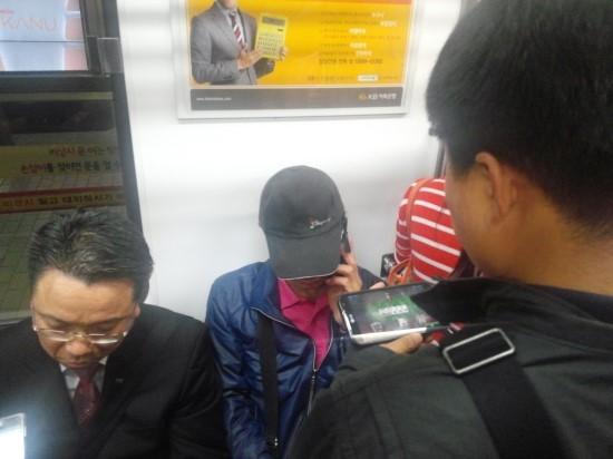 퇴근 길 스마트폰으로 해외 포커 게임을 즐기고 있는 한 남성의 모습. 이미 웹보드 시장의 중심은 모바일로 이동했다. 하지만 국내 게임사들은 '규제'로 인해 모바일 포커, 고스톱으로는 돈을 벌기 참 힘들다.
