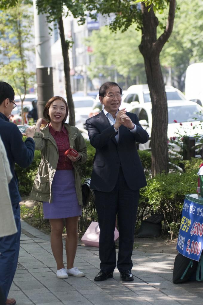 간담회장으로 가는 도중 길에서 만난 박 후보
