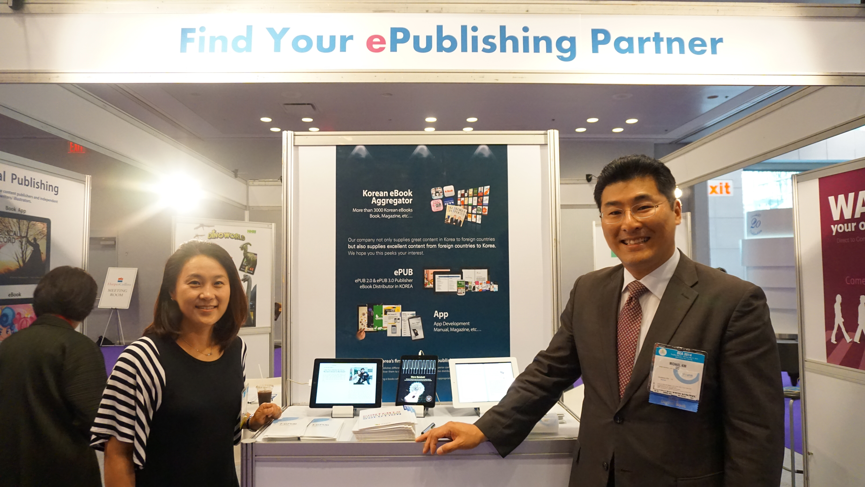 오른쪽의 김철범 대표와 왼쪽최경화 이사.  부부 창업자이다.